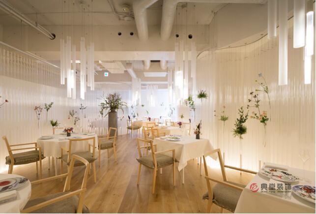 以透明感和花卉为主题的餐厅